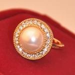 แหวนแฟชั่นเกาหลี แหวนมุกใหญ่ล้อมเพชร (Free Size)