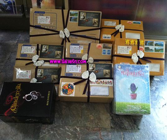 ในกล่องเหล่านี้เต็มไปด้วยนิยายน่าอ่านเยอะแยะมากมายไม่ว่าจะเป็นนิยายแวมไพร์,นิยายมาเฟียและนิยายมือสองราคาถูก